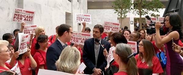 A rechazar Ley de Cuidado de la Salud (AHCA), llaman enfermeras a presidente del Comité de Finanzas del Senado