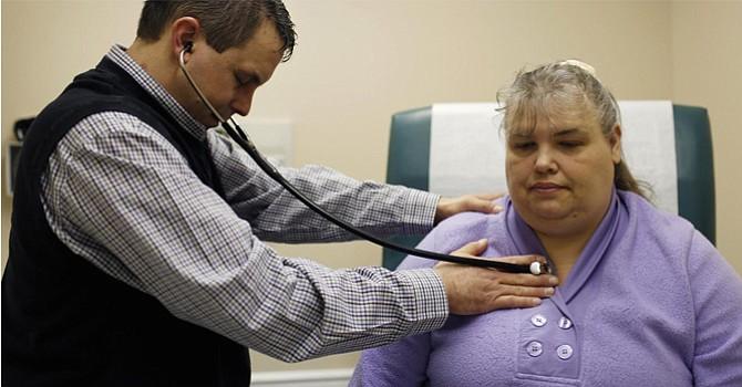 Alrededor de 14 millones de estadounidenses estarían sin seguro medico en 2018, estiman