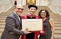 Doce años después de haber abandonado su carrera, el fundador de Facebook, Mark Zuckerberg, regresó a la Universidad de Harvard para obtener finalmente su título universitario.