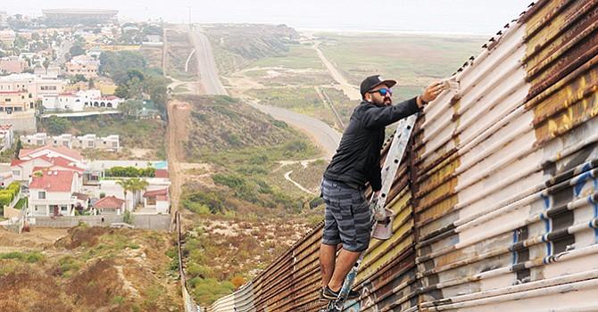 Rompe récord el mural más extenso del mundo pintado sobre la barda fronteriza