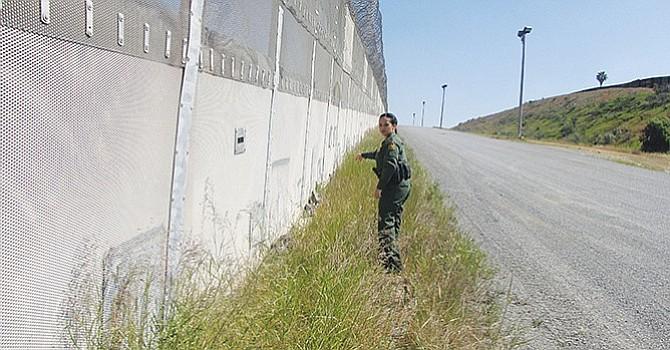 """La construcción del Muro sólo """"divide más a nuestra  Nación y erosiona la confianza del público en oficiales"""", afirman"""