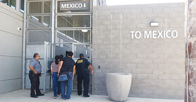 """Abren nuevo cruce peatonal hacia Tijuana, en El Chaparral; """"Ya se habían tardado"""", dicen los usuarios"""