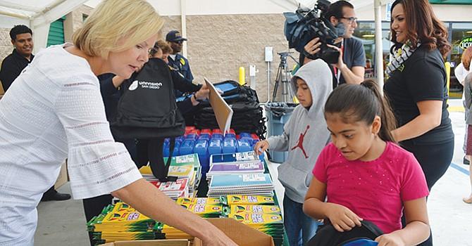 Reciben útiles escolares gratuitos, estudiantes de 3er, y 4to. grados de Porter Elementary School
