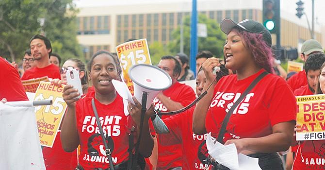 Demandan mejora salarial, trabajadores de negocios de comida rápida durante El Día del Trabajo