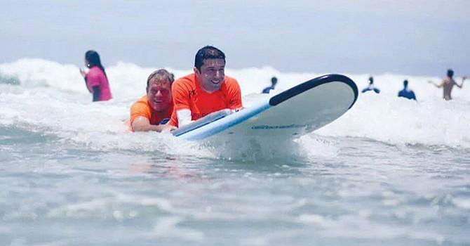 Vence la adversidad y ayuda a otros, practica el surfeo y sirve de ejemplo a personas minusválidas