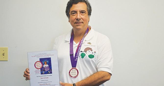 """Premian a Maestro Latino, Carlos Tarrac fue reconocido por """"Veva y el castor"""", como """"Mejor Libro Educativo Ilustrado para Niños""""."""