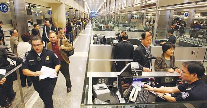 Revisarán redes sociales a visitantes, residentes legales e inmigrantes naturalizados