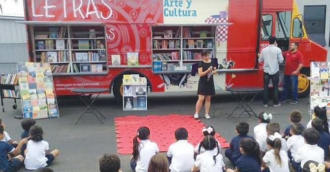 'Book Truck' pasea por el condado brindando felicidad a los más pequeños