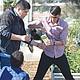 Con evidente esmero, entusiasmo y paciencia, estudiantes revisan una planta de las que cultivan en el Jardín Culinario de Chula Vista High School. Foto: Horacio Rentería/El Latino San Diego.