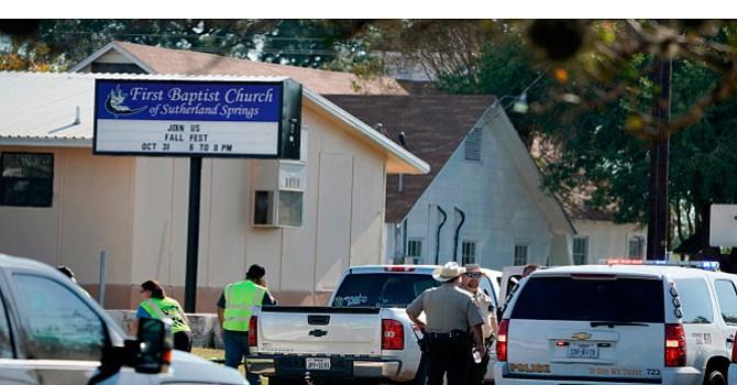 Ahora en una Iglesia de Texas, una nueva masacre revive debate sobre proliferación de armas de fuego; 26 muertos