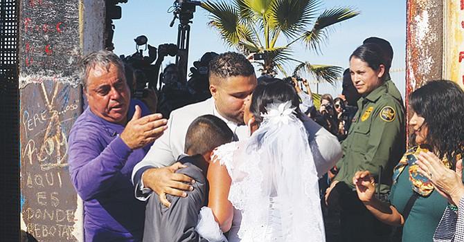 Matrimonio en la Línea Divisoria entre México y Estados Unidos; por primera vez en la puerta de la Esperanza