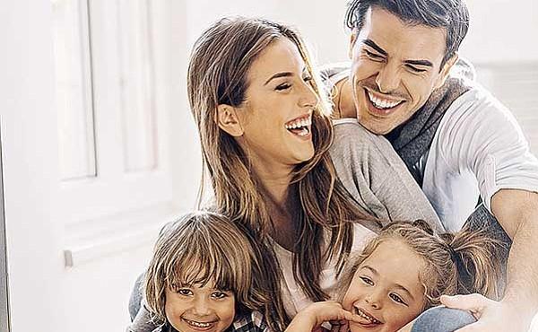 FAMILIA. La mejor manera de que los hijos expresen su afecto es con el ejemplo de sus padres. No les compres cosas para que demuestren sus sentimientos.