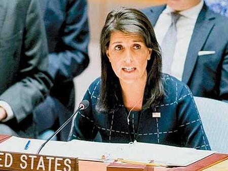 """FUERA. La representante ante las Naciones Unidas, Nikki Haley, anunció que EE.UU. se retira del Pacto Mundial de la ONU sobre protección de migrantes y refugiados por considerar que la política migratoria del país debe estar en manos """"sólo"""" de los estadounidenses."""