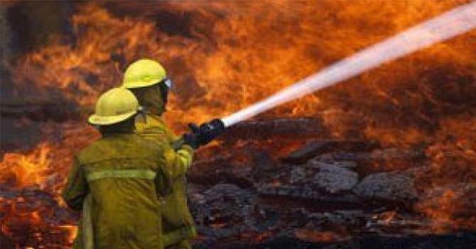 Arrecia incendio en condado norte de San Diego, debido a los vientos de Santa Ana
