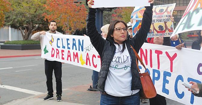Toman calles de SD; 'Dreamers' demandan ante el senado incluir propuesta de Ley