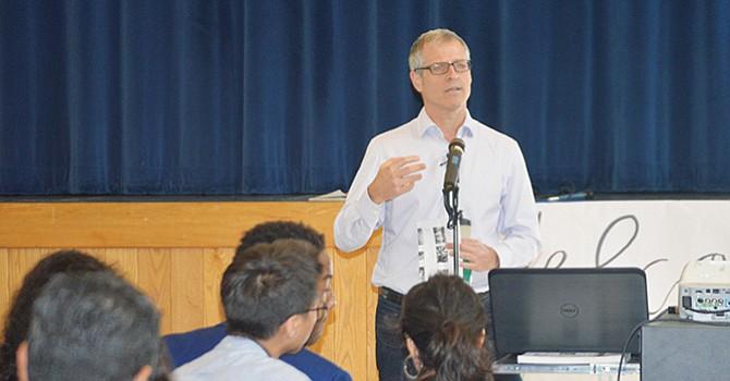 Cambia Corazones y Mentes, Gene Baur expuso su libro ante estudiantes de Olympian High School; en defensa de los animales