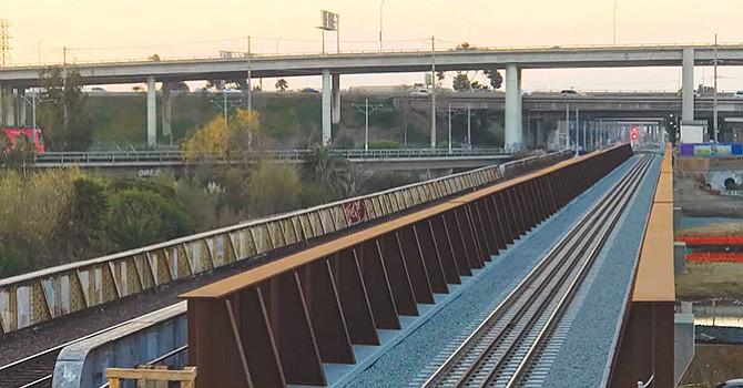 Nuevo puente ferroviario fue puesto en operación; buscaría mejorar confiabilidad y frecuencia en el servicio