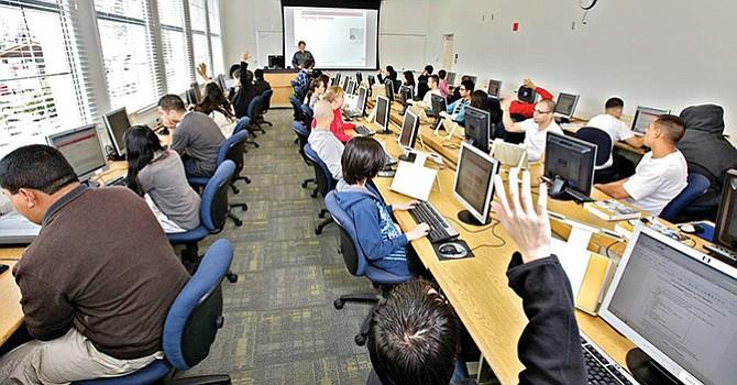 ¡Aplauden proyecto! de Universidad Comunitaria en Línea propuesto por el Gobernador Brown
