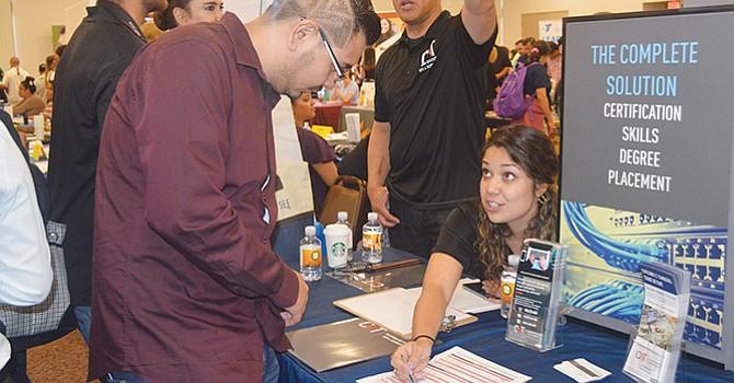Menor desempleo, cae la tasa a su nivel más bajo, de 3.9%, según la Oficina de Estadísticas Laborales
