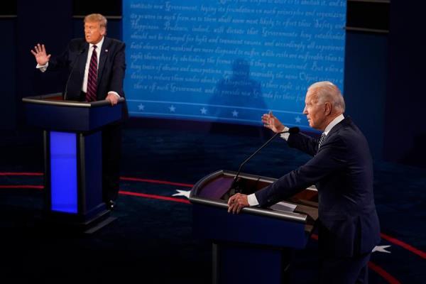 El mandatario Donald Trump y el candidato presidencial demócrata Joe Biden en el primer debate de las elecciones presidenciales de 2020 en Samson Pavilion en Cleveland, Ohio, EE. UU. Foto:  EFE/Morry Gash