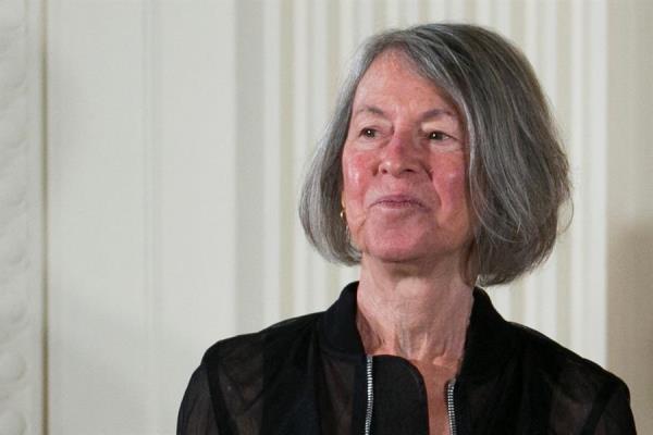 """Louise Glück ganó el premio Nobel de Literatura 2020 """"por su inconfundible voz poética que con una belleza austera hace universal la existencia individual""""."""