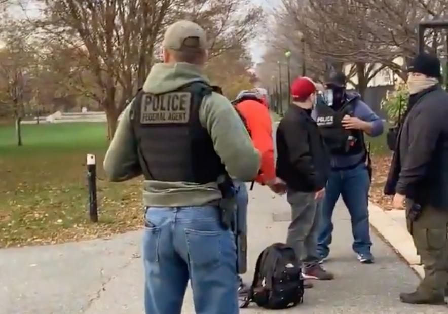 El momento de su detención fue capturado en video y posteriormente subido a redes sociales.