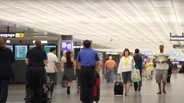 Las aglomeraciones en los aeropuertos de Estados Unidos pudieran conducir a una situación peligrosa a medida que aumentan los casos de COVID-19 en todo el país, según el Dr. Anthony Fauci.