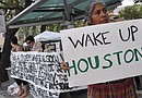 Cientos de personas se congregaron en Houston para protestar contra las corporaciones financieras.
