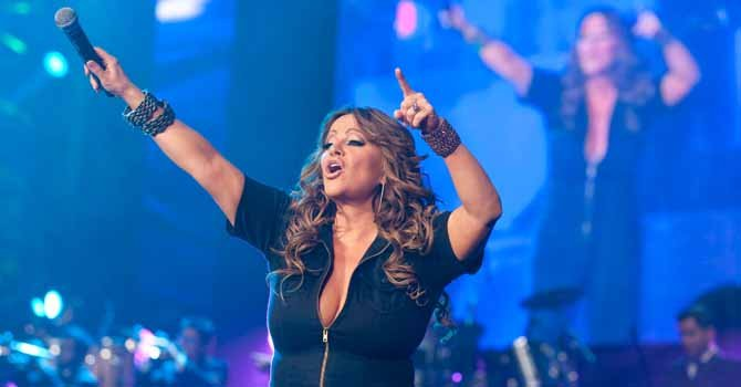 Los restos de la cantante Jenni Rivera llegan al servicio forense en Monterrey