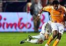 El hondureño Carlo Costly domnina el balón y deja atrás a David Beckham durante el partido final de la MLS jugado en California. El futuro de Costly en el cuadro naranja está en duda