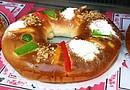 """En México se puede decir que: """"si uno no parte la Rosca de Reyes, no está celebrando la Navidad"""". La gente prepara tamales y se acostumbra ofrecer """"xocolatl"""" en forma de atole para recibir a los invitados a sus casas y partir la rosca"""