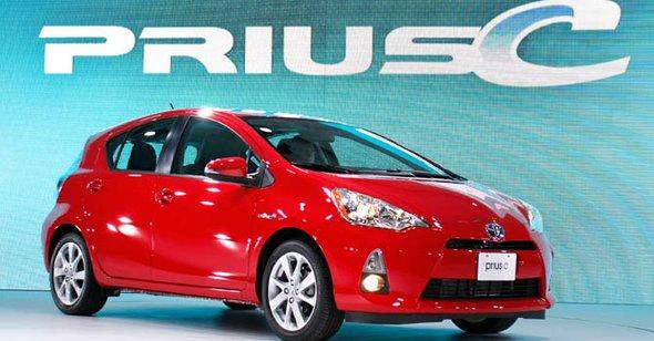 """Prius """"c"""" Esta nueva versión del primer híbrido del mercado de Toyota es más pequeña, con un menor peso y una autonomía que alcanza las 53 millas por galón en ciudad (25 kilómetros por litro). Todo a un precio que rondará los 19,000 dólares, no muy por encima de competidores con motores de explosión como el Ford Fiesta o el Chevrolet Cruze"""