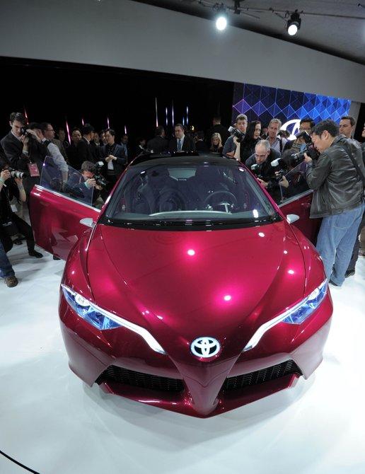 """NS4 prototipo Toyota presentó un híbrido """"plug-in"""" o enchufable, que permitirá disfrutar del automóvil eléctrico con la asistencia en caso de emergencia de un motor de gasolina. Integra tecnologías que marcarán el futuro del automóvil, como el fin de los retrovisores y la llegada de un conjunto de cámaras para controlar el entorno del automóvil o pantallas táctiles que pondrán el fin a las agujas, los contadores y conectará al vehículo con la popular """"nube"""" de internet"""