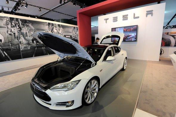 Model S Es un sedán fabricado por Tesla, compañía californiana centrada sólo en el vehículo eléctrico. Se espera vender 20,000 unidades anuales y que en su versión más potente puede recorrer 300 millas con una sola carga