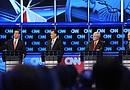 Los candidatos presidenciales republicanos Rick Santorum (i), Mitt Romney (2i), Newt Gingrich (2d) y Ron Paul (d) durante uno de los debates