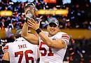 El jugador Zak DeOssie de los Giants de Nueva York celebra tras proclamarse campeones del XLVI Super Bowl