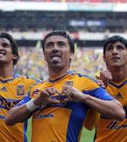 El delantero Héctor Mancilla (c) de Tigres festeja una anotación ante América durante el juego correspondiente a la jornada 5 del torneo Clausura 2012 en el Estadio Azteca en Ciudad de México