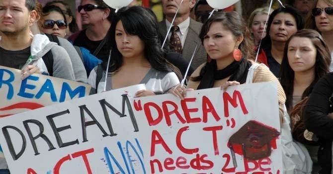 Estudiantes hispanos protestan durante visita de Mitt Romney a Arizona