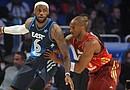 El jugador del equipo de la Conferencia Este LeBron James (i) de los Miami Heat disputa el balón ante Kobe Bryant (d) de Los Angeles Lakers con el equipo de la Conferencia Oeste, en el Juego de las Estrellas de la NBA en el Amway Center en Orlando, Florida