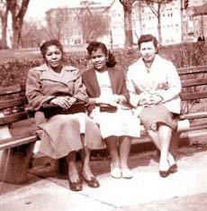Juanita Campos (izq.) y sus amigas Alicia y Carmen captadas en el parque Kalorama de Washington en el invierno de 1958.