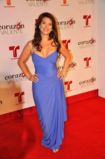 """Katie Barberi da vida al personaje de """"Perla Navarro"""", como dato curioso, la actriz era prometida de Gabriel Valenzuela en la vida real y este la dejó por Aylin Mujica y por coincidencia están todos en la misma telenovela"""