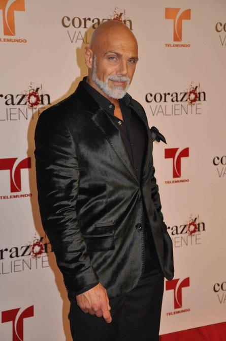 """Manuel Landeta camina por la alfombra roja del evento de presentación de la telenovela """"Corazón valiente"""" en Miami"""