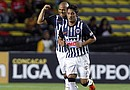 El delantero Humberto Suazo (atrás) de Monterrey celebra una anotación ante Monarcas durante el partido de ida de cuartos de final de la Liga de Campeones de la CONCACAF en el estadio Morelos de la ciudad de Morelia (México)