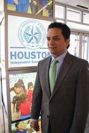 José Espinoza, Oficial para Mejoras Escolares del Distrito Escolar Independiente de Houston(HISD), espera que en adelante los estudiantes corrijan fallas antes de la universidad
