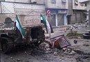 Fotografía falicitada por los Comités de Coordinación Locales de Siria en la que se ve a un soldado rebelde junto a un blindado gubernamental en la ciudad de Homs, Siria