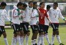 Jugadores de la selección mexicana que se preparan para el Preolímpico de fútbol comparten una sesión de entrenamiento