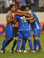 Jugadores del equipo de El Salvador entre ellos Xavier Garcia (i) y Alexander Mendoza (d) celebran el gol del empate ante EE.UU. este lunes 26 de marzo de 2012, durante su partido de la CONCACAF clasificatorio para los Olímpicos