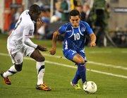 El jugador del equipo de El Salvador Jaime Alas (d) disputa el balón ante Kofi Sarkodie (i) de EEUU