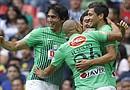 ugadores del Monterrey celebran una anotación ante América, durante el juego correspondiente a la jornada 13 del torneo Clausura del fútbol mexicano en el el estadio Azteca de Ciudad de México
