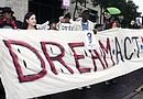 La legisladora Ana Hernández (izq.) se unió a la protesta a favor de estudiantes indocumentados